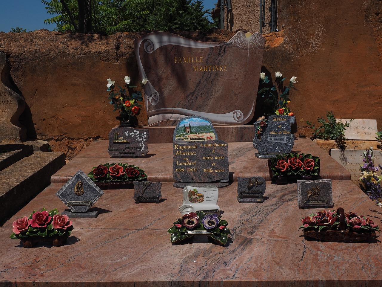 plaques funéraires, incontournables de nos cimetières